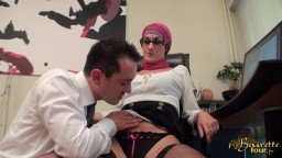 Une secrétaire maghrébine se fait prendre le cul au travail - Film x hd
