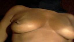 Cette arabe qui dissimule son visage derrière un voile joue avec ses nichons - Vidéo porno
