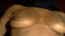 Une arabe en hijab noir dévoile ses nibards et son cul à la webcam - Film porno