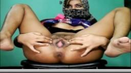 La masturbation à la webcam d'une jolie arabe voilée - XXX HD
