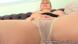 Cette femme mature anglaise aime sentir ses collants frotter sa chatte - Vidéo porno hd