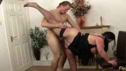 Il s'amuse avec une grosse femme super souple - Film porno hd