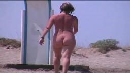 Une femme mature se fait filmer par un voyeur sur une plage naturiste - Film x