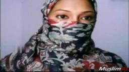 Une délicieuse femme arabe exhibe son joli cul à la webcam - XXX