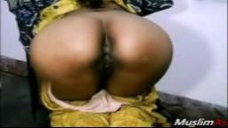 Une arabe se met à quatre pattes sur sa chaise pour nous dévoiler son cul - Vidéo porno