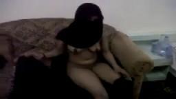 Une pute arabe nous dévoile ce qu'il y a sous son niqab noir - Vidéo x