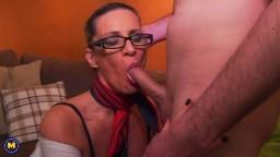 Une mature sexy suce et baise une jeune bite - Film porno hd