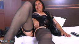 Une femme mature latine qui s'ennuie appelle un technicien pour la baiser - Vidéo x hd