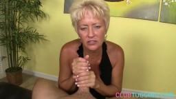 Cette mature lui donne un bon coup de poignet pour le faire éjaculer - Film porno hd