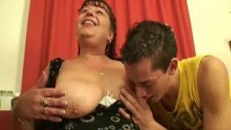 Deux jeunes mâles s'amusent avec les gros seins d'une grand mère avant de la baiser - Film porno hd