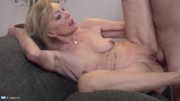 C'est la première fois qu'il se baise une grand mère - Film porno hd
