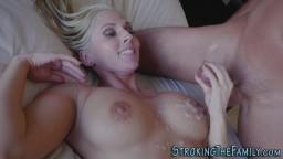 Une jolie milf blonde se tape un homme plus jeune - Vidéo porno hd