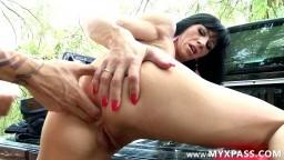 Une milf en pleine ballade se fait baiser dehors - Vidéo porno hd