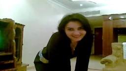 Une arabe montre ses énormes seins et son cul face à la caméra - Film x amateur