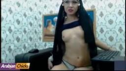 Les petits seins et la chatte rasée d'une arabe à la webcam - Film x