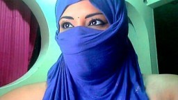 Cette arabe lèche le lait de ses gros nichons à la webcam - Vidéo x