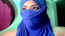 La grosse poitrine laiteuse d'une arabe voilée à la webcam - XXX