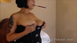 Elle aime fumer juste avant un coup de bite - Vidéo porno hd