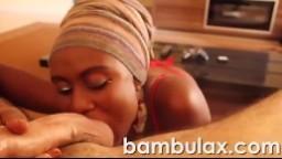 Une belle femme noire se met à quatre pattes pour lui faire une fellation - Vidéo porno amateur