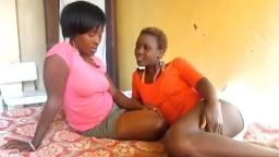 Il ne faut pas grand chose pour que ces lesbiennes black deviennent chaudes - Vidéo porno