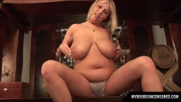 Une polonaise montée sur un bar joue avec ses grosses mamelles - Vidéo x hd