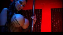 Une star du porno canadienne d'origine arabe nous fait profiter de ses énormes nichons - Vidéo x