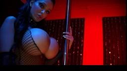 Cette danseuse d'un club avec des seins énormes va s'offrir à un client - Film porno