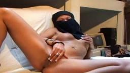 Karima la beurette rebelle se masturbe la chatte - Vidéo porno