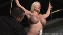 Elle est attachée les bras en croix pour recevoir son châtiment - Vidéo porno hd