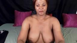 Une vieille black d'une cinquantaine d'années joue avec ses gros seins à la webcam - Vidéo porno hd