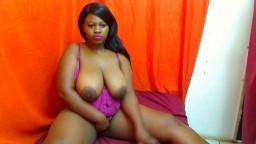 Une jeune femme noire se caresse la moule à la webcam - Film x
