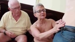 Un mec offre sa bite à une femme âgée pour qu'elle prenne du plaisir - Vidéo porno - #02