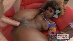 Cette jeune femme noire donne sa chatte rasée pour se faire pilonner - Film porno hd