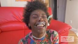 Une bonne décharge de jus blanc sur la face de cette fille noire - XXX HD