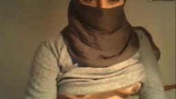 Une femme arabe voilée montre sa moule rasée à la webcam - XXX
