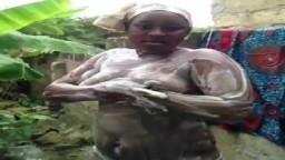 Une grosse africaine prend sa douche dans le jardin - Vidéo porno