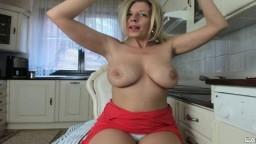 Une mature blonde huppée montre ses gros seins et se caresse sous sa culotte à la webcam - Film porno hd - #05