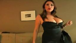 Une milf asiatique séduit une mec à l'hôtel avec ses gros seins siliconés - XXX