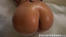 Une latine dans son bain offre son gros cul rond à un mec venu réparer lévier - Film porno hd