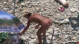Une nudiste mature se fait filmer sur la plage par un voyeur pendant qu'elle branle et se fait baiser par son mari - #02