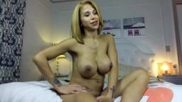 Cette shemale qui se masturbe en solo à la webcam est une véritable bombe - Vidéo x hd