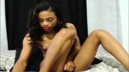 Une jamaicaine super maigre avec des tous petits seins se frotte le minou à la webcam - XXX - #07