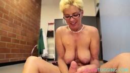 Une femme mature à gros seins branle une queue dans les vestiaires après un striptease - Film x hd - #03