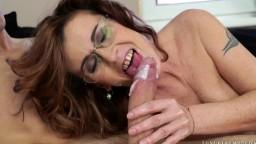 Voilà une grand-mère qui aime les bites de jeune bien crémeuses - Film porno hd 1080p - #02