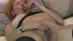 La grand-mère britannique Naomi s'attaque le minou avec les doigts - Film x hd 1080p - #02
