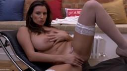 La bombe sexuelle roumaine Sensual Jane caresse son superbe corps - Vidéo x hd