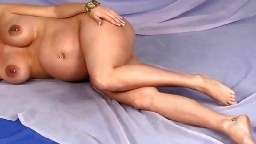 La magnifique Lyla Rose est une femme enceinte avec des piercings aux tétons - Film porno hd