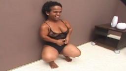 Une naine mature brésilienne se fait bien baiser - Vidéo porno
