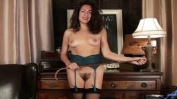 La milf italienne poilue Elisabetta Zanardi fait un striptease au bureau - Vidéo porno hd