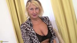La vieille grand-mère salope Regie réalise un striptease et se masturbe avec des godes de différentes couleurs